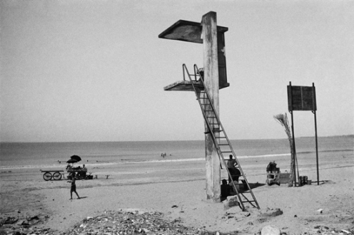 Pablo Bartholomew – Outside In - Juhu Beach, Bombay, 1977. Gelatin silver print, edition of 10 (+3 AP), 16 x 24 in.