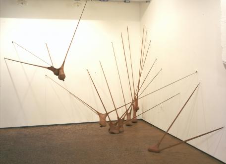 Senga Nengudi – Répondez s'il vous plaît - Senga Nengudi, I, 1977. Nylon mesh, sand. Dimensions variable.